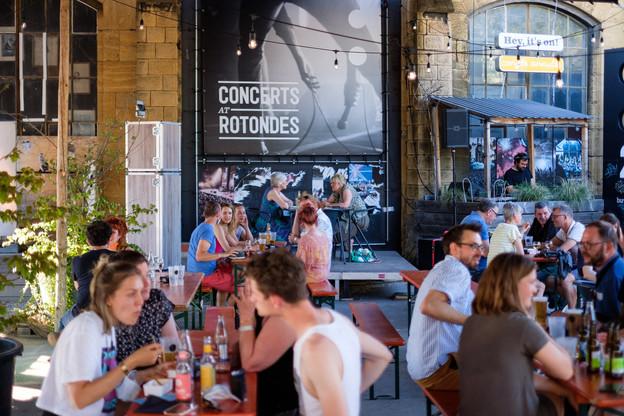 De la bonne musique, des bières bio, du monde et du soleil: ça sentait le début d'été comme on les aime aux Rotondes ce mercredi soir, pour la présentation de la saison 21/22… (Photo: GillesKayser)