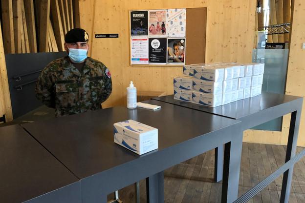 C'est l'armée qui est en charge de l'opération de distribution, comme ici, aux Rotondes. (Photo: Paperjam)