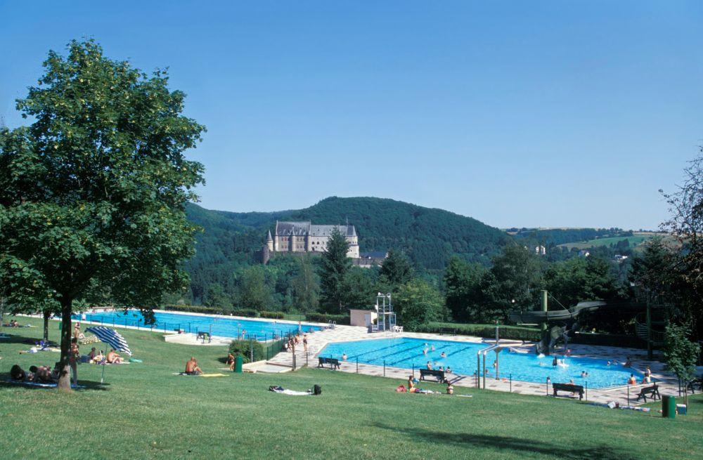 La piscine de Vianden, avec vue sur le château. (Photo: Vianden/Luxembourg for Tourism)