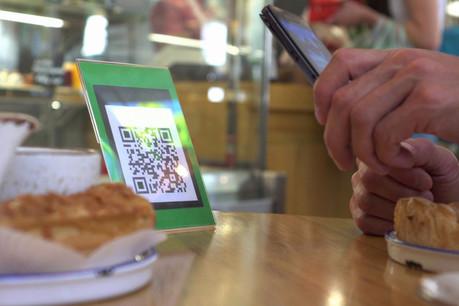 Histoire de diminuer le contact des cartes avec les clients et les serveurs, OuiLaCarte permet d'avoir la carte sur son smartphone et de commander. (Photo: Shutterstock)