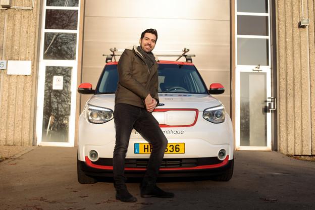 Raphaël Frank avec la voiture d'essai du 360Lab. (Photo: Matic Zorman / Maison Moderne)