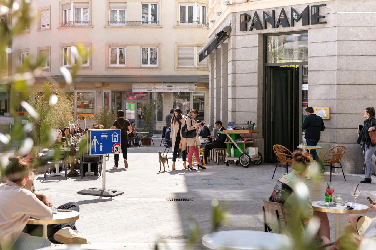 Habitué(e)s et salarié(e)s du quartier n'ont pas attendu une minute de plus pour se ruer sur la nouvelle terrasse du Paname… Romain Gamba / Maison Moderne