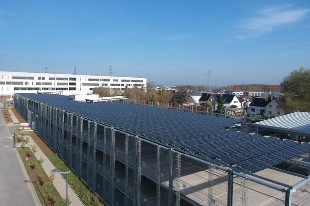 Le carport solaire d'Esch-sur-Alzette est pour l'instant le plus grand du Luxembourg, mais il sera bientôt devancé par celui de Ceratizit à Mamer. (Photo: Enerdeal)