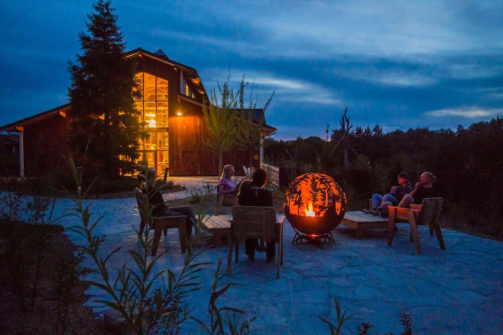 Quand les visiteurs doivent quitter le site le soir, les personnes qui occupent ces lodges, elles, restent. (Photo: MorganeBricard)