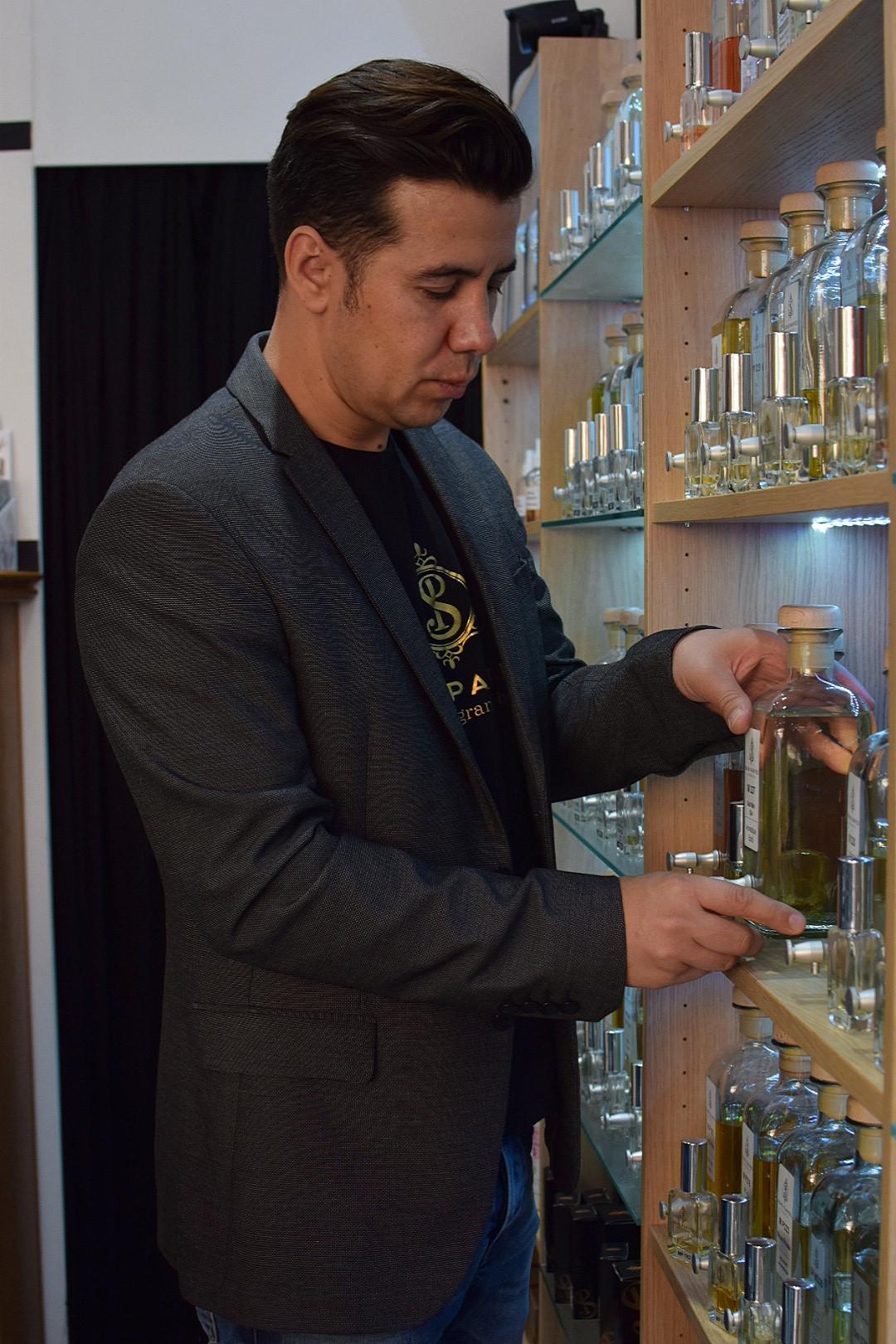 Ricardo Caetano tâche d'adapter le parfum aux particularités de sa clientèle, à son emploi, son caractère. (Photo: Sens Parfée)