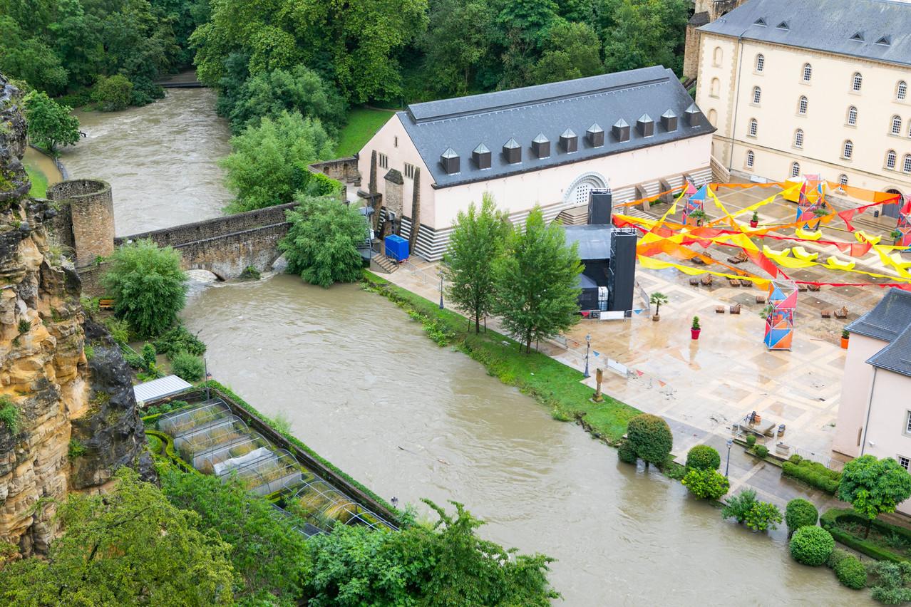 L'eau est montée très haut sur le parvis de l'abbaye de Neumünster, jusqu'à entrer dans la brasserie et retarder les travaux effectués pour son renouveau… (Photo: Matic Zorman/Maison Moderne)