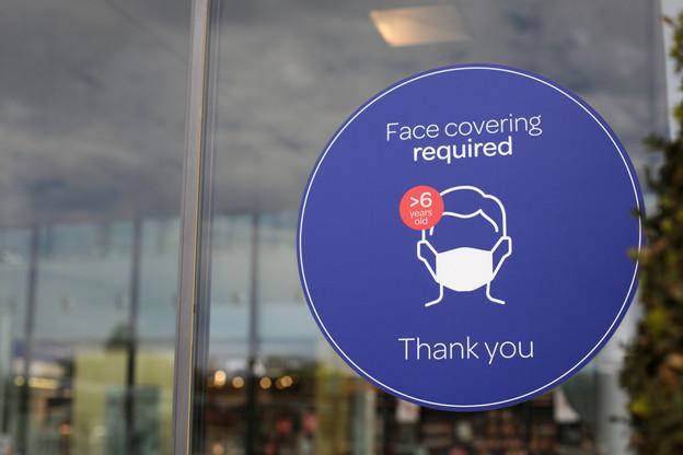 Comme dans tous les lieux fermés (ici à lux-Airport) le port du masque est obligatoire mais à l'hôpital, des restrictions plus précises sont d'application. (Photo: Matic Zorman / Maison Moderne)