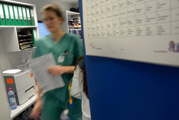 Les infirmières et infirmiers réclament une mise à jour de leurs attributions afin de travailler en autonomie sur certaines tâches, ce qui soulagerait également les médecins. (Photo : Christophe Olinger/Archives Maison Moderne)