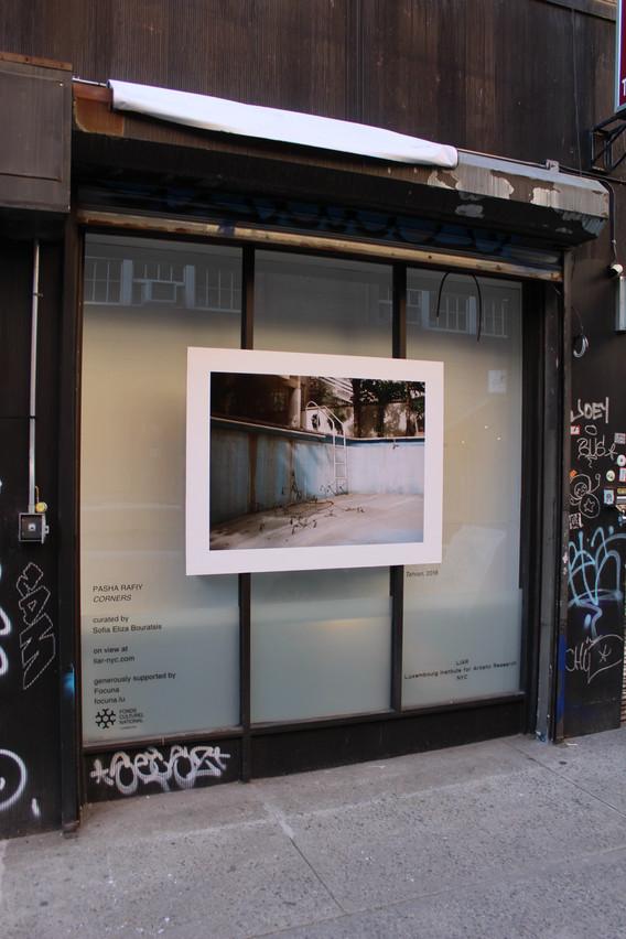 Vue de l'accrochage dans la vitrine à New York. (Photo: Liar New York)