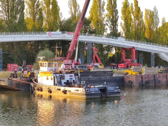 La barge de levage néerlandaise n'a pas pu prendre la passerelle pour la déposer en travers de la Moselle. (Photo: Paperjam)