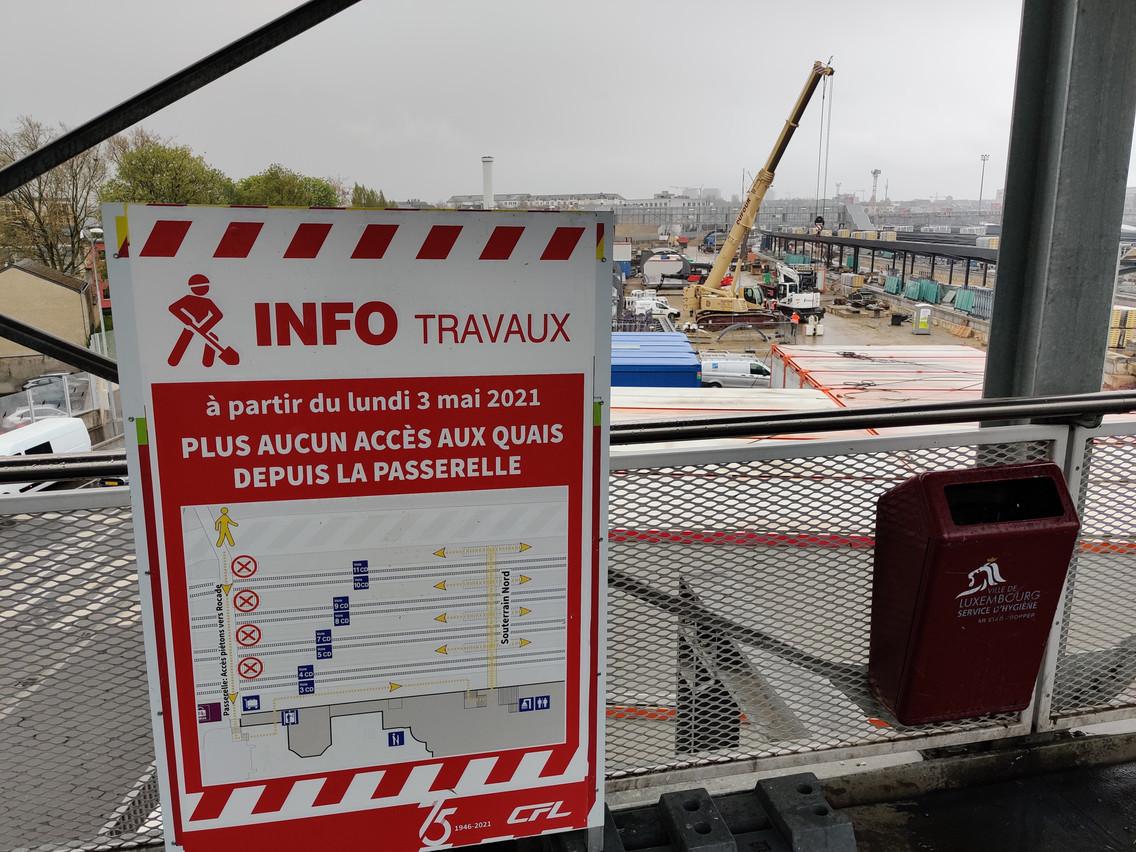 Depuis le 3 mai, il n'est plus possible de rejoindre la passerelle depuis les quais de la gare. (Photo: Paperjam)