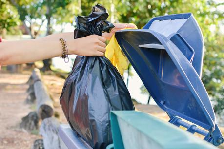À défaut de savoir si un produit est biodégradable, réutilisable ou recyclable, certains sont jetés parmi les déchets communs. Le PCDS incite à mieux informer à ce propos. (Photo: Shutterstock)