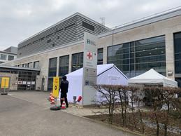 À l'hôpital,des tentes ont été dressées et un signalement mis en place pour organiser des «zones de triage». ((Photo: Paperjam))