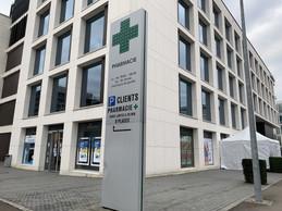 La grande pharmacie du Kirchberg a monté une tonnelle, pour pouvoir gérer la file d'attente de clients. ((Photo: Paperjam))