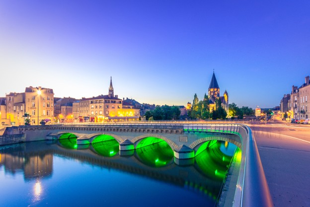 Metz, comme toutes les communes des quatre départements de Lorraine, fait l'objet d'un couvre-feu à 18h au lieu de 20h, et il faut avoir une attestation pour circuler. (Photo: Shutterstock)
