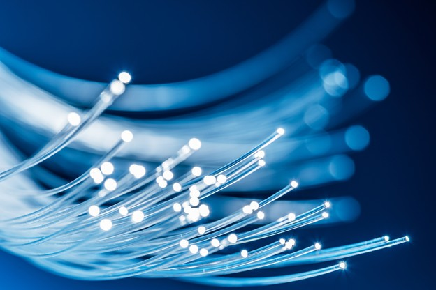 Comment améliorer la qualité de la fibre de verre? Outre ses composants, Flawless Photonics, comme deux concurrents américains, veut la fabriquer dans l'espace pour éviter l'effet de la gravitation. (Photo: Shutterstock)