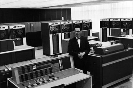 Ordinateur personnel, mot de passe... Fernando Corbató est passé à l'informatique après trop de calculs pendant son doctorat en physique moléculaire. (Photo: MIT)