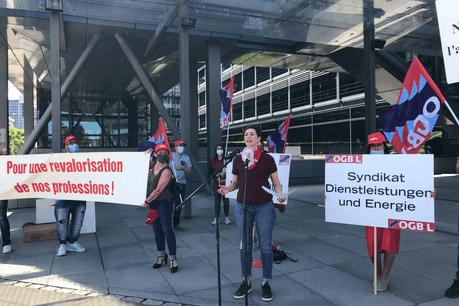 Les délégués du personnel des entreprises de gardiennage se sont réunis pour un piquet de protestation, vendredi 29 mai, devant le siège de la Fedil Security Services. (Photo: Paperjam)