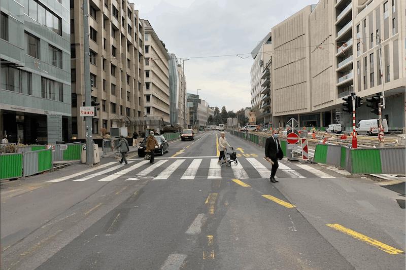 Le chantier du tram avance et s'accompagne de travaux sur la chaussée. (Photo : Paperjam)