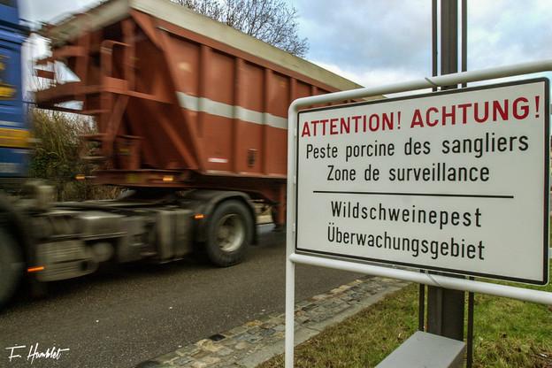 Lors des crises de 2002 et 2003, le Luxembourg avait installé des panneaux d'avertissement aux frontières. (Photo: Frédéric Humblet)