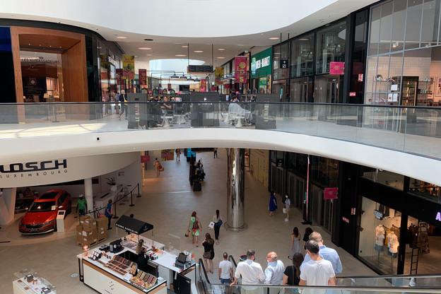 Le passage s'est accentué au centre commercial de la Cloche d'Or en ce premier jour des soldes d'été (Photo: Paperjam)