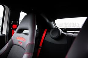 Dans l'habitacle, on craque pour les nouveaux sièges Sabelt70 Racing et leur coque en carbone. ((Photo: Edouard Olszewski))