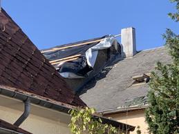 Le toit de cette maison s'est envolé en une seule pièce, passant par-dessus une crèche du village. ((Photo: Paperjam))