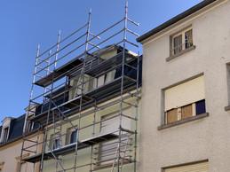 Parfois, des planches ou des cartons calfeutrent les fenêtres endommagées. ((Photo: Paperjam))