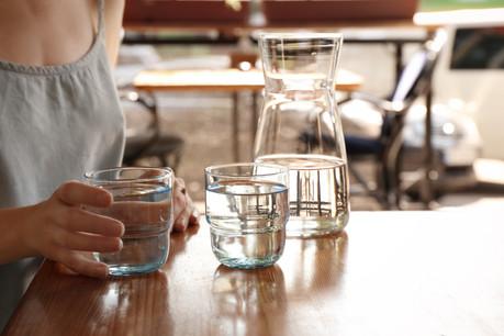 Dans plusieurs pays, offrir l'eau du robinet à table est entré dans les mœurs ou, comme en France, est un droit garanti par la loi. (Photo: Shutterstock)