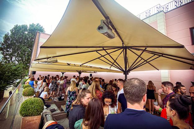 Du beau monde, du bon son, une belle vue et des bulles: les dimanches à Grevenmacher se font festifs cet été! (Photo: DR)