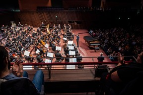 La baguette de Gustavo Gimeno et les 90 musiciens n'auront de cesse de faire s'envoler les «Symphonic Dances» de Rachmaninov pendant les deux heures de représentation. Puis, improvisation de Zygel. Ovation du public. ((Photo: Anthony Dehez/Archives))