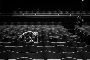 La salle du Grand Auditorium est nettoyée et préparée pour accueillir le public. ((Photo: Anthony Dehez/Archives))