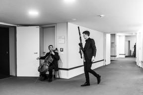 Le costume de rigueur est ajusté, l'esprit se vide. Chacun se prépare à sa manière dans les loges, avant de monter sur la scène de la Philharmonie. ((Photo: Anthony Dehez/Archives))