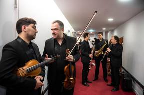 Jusqu'à la dernière minute, les musiciens de l'OPL répètent et ajustent leurs instruments en backstage. ((Photo: Anthony Dehez/Archives))