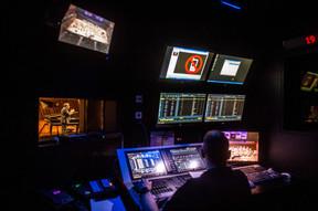 En régie, les techniciens scrutent le Grand Auditorium sous tous les angles afin de s'assurer du bon déroulé de la performance. Chaque composante visuelle et technique concourt au succès de l'événement. ((Photo: Anthony Dehez/Archives))