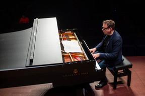 Pendant les répétions, le «monsieur Musique Classique» français, Jean-François Zygel, n'hésite pas à improviser au piano. Pour le plus grand plaisir des élèves du Conservatoire de la Ville de Luxembourg présents! ((Photo: Anthony Dehez/Archives))