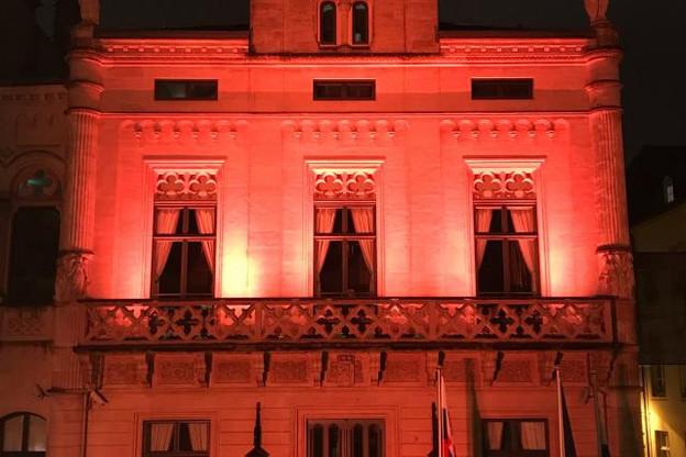 Le bâtiment de la Chambre s'illuminera toute la semaine aux couleurs de l'Orange Week. (Photo: Twitter)