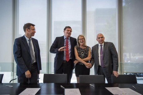 Vincent Jacquet (LCGB-SESF), Yves Maas (ABBL), Véronique Eischen (OGBL-SBA) et Roberto Scolati (Aleba) ont signé jeudi l'avenant à la convention collective du secteur bancaire 2014-2016 pour la prolonger jusqu'à fin 2017. (Photo: Mike Zenari)