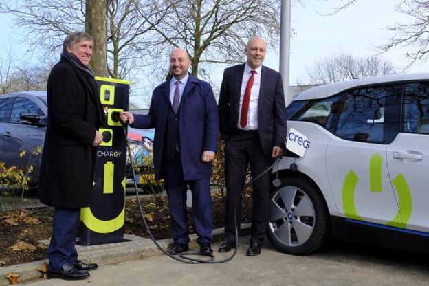 Inaugurées jeudi, les premières bornes de rechargement pour véhicules électriques ou hybrides seront officiellement opérationnelles en avril 2017. (Photo: MDDI)