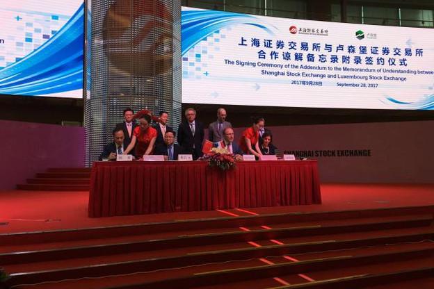 Robert Scharfe, le CEO de la Bourse de Luxembourg, aux côtés de son homologue de la Bourse de Shanghai, lors du lancement de l'indice vert. Le ministre des Finances, Pierre Gramegna, est en arrière plan. (Photo Twitter/Bourse de Luxembourg)