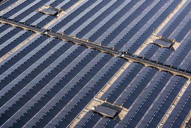 Les toitures de plusieurs entreprises ou institutions (ici, la Rockhal) sont déjà équipées de centrales photovoltaïques, mais Claude Turmes souhaite intensifier la tendance. (Photo: Nader Ghavami)