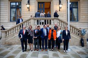 Les députés du LSAP posent devant la Chambre, autour de leur chef de fraction, Georges Engel (5e en partant de la gauche). ((Photo: Romain Gamba/Maison Moderne))