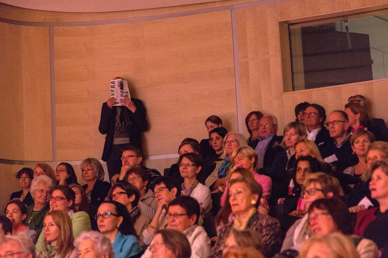PierreBrahms se cache avec malice. Photographié par son complice EricChenal, un «portrait» inattendu, témoignant aussi bien de son sens de la discrétion que de son humour. (Photo: Eric Chenal/Archives)