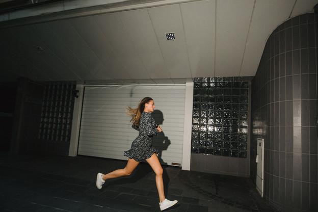 Courir, ça aide aussi à attraper le train ou le tram et à ne pas rater le prochain rendez-vous. (Photo: Nader Ghavami/Maison Moderne)