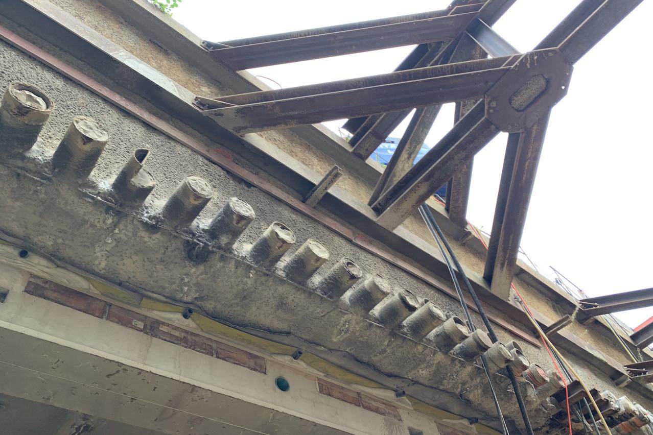 Une centaine de tubes constituent la voûte qui soutient la place et trois à quatre mètres de terre. (Photo: Paperjam)