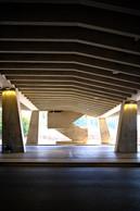 Sous le parking, la gare de bus dévoile un caractère géométrique. ((Photo: Étienne Duval))