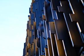 La façade est composée de lamelles aux formes multiples. ((Photo: ÉtienneDuval))