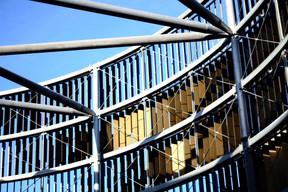 La façade est composée de multiples lamelles aux orientations changeantes. ((Photo: Étienne Duval))