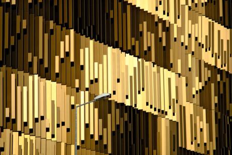 La façade du P+R, composée de lamelles aux différentes tonalités de marron, change d'apparence en fonction de la lumière. (Photo: ÉtienneDuval)