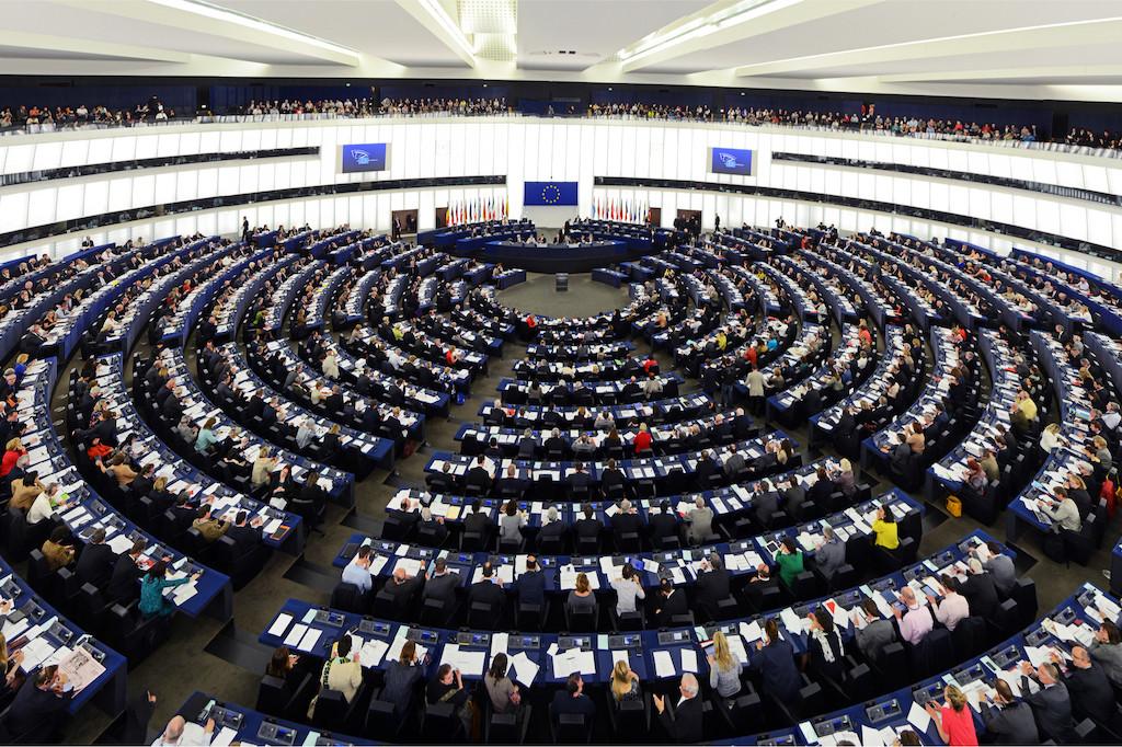 Les 614 eurodéputés qui ont voté jeudi dernier se sont divisés au sujet des modalités de transmission des informations sur les navires en détresse et ceux pouvant les secourir. (Photo: Shutterstock)